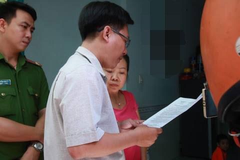 Tổ công tác phường 17, quận Gò Vấp và công an kiểm tra điểm giữ trẻ tự phát có bảo mẫu bạo hành trẻ em Ảnh: C.T.V