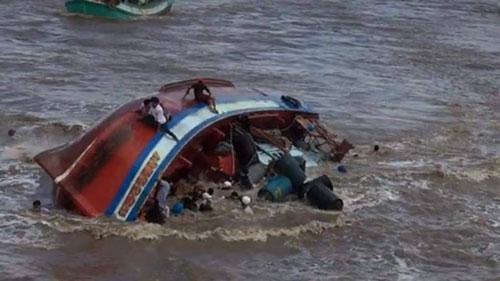 Chiếc tàu cá chở 39 người bị chìm ở cửa biển Gành Hào Ảnh: CÔNG TUẤN.