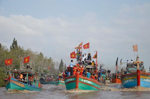 Tàu đánh cá chở đầy ắp người khi tham gia lễ hội Nghinh Ông ở Bạc Liêu nhưng không ai mặc áo phao Ảnh: Bích Như