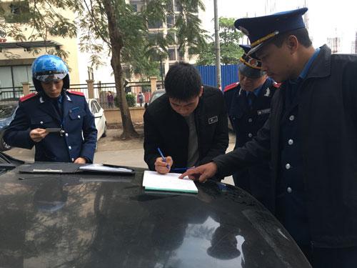 Đội Thanh tra GTVT quận Hoàng Mai (Hà Nội) xử phạt các xe limousine dừng - đỗ sai quy định Ảnh: VĂN DUẨN