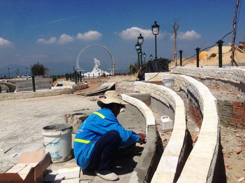 Công nhân đang hoàn thiện Khu Tưởng niệm chiến sĩ Gạc Ma để kịp khánh thành vào ngày 27-7 tới