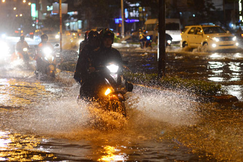 Mưa lớn gây ngập nhiều tuyến đường ở TP HCM trong chiều tối 2-2. Ảnh: Hoàng Triều