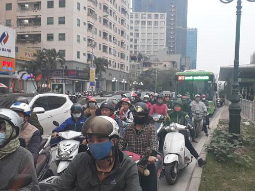 Giờ cao điểm vẫn còn nhiều phương tiện giao thông lấn làn xe buýt nhanh Kim Mã - Yên Nghĩa