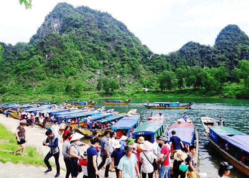 Du khách tham gia một tour du lịch tại Quảng Bình Ảnh: Minh Tuấn