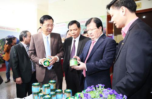 Phó Thủ tướng Trịnh Đình Dũng (thứ 2 từ phải qua) tham quan gian hàng trưng bày, giới thiệu các sản phẩm OCOP của tỉnh Quảng Ninh