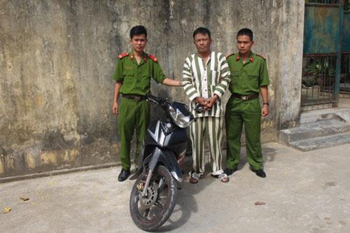 Cạy cốp xe phó giám đốc trộm hơn 100 triệu đồng - Ảnh 1.