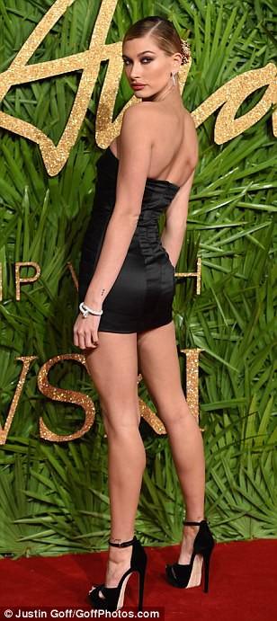 Chân dài tụ hội trên thảm đỏ giải thưởng thời trang - Ảnh 6.