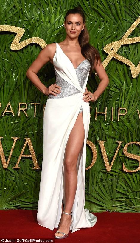 Chân dài tụ hội trên thảm đỏ giải thưởng thời trang - Ảnh 2.