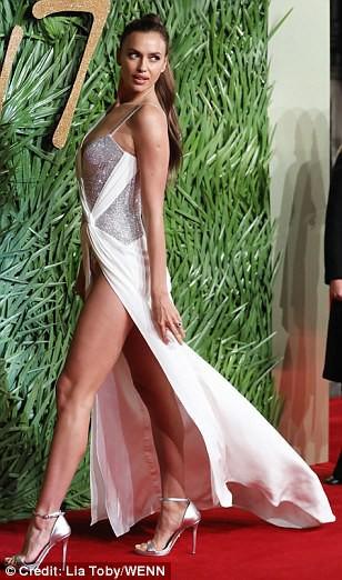 Chân dài tụ hội trên thảm đỏ giải thưởng thời trang - Ảnh 4.