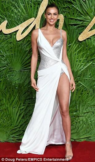 Chân dài tụ hội trên thảm đỏ giải thưởng thời trang - Ảnh 3.