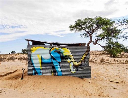 Giữa sa mạc cát nóng bỏng lại thòi đâu ra một cái cây. Và tất nhiên, đã có cây thì phải có… voi, vì thân cây mọc từ chiếc vòi này mà!