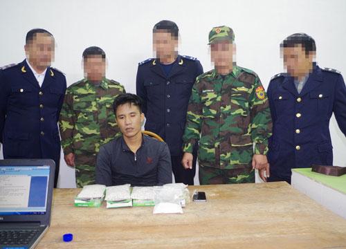 Một đối tượng buôn bán ma túy bị lực lượng biên phòng tỉnh Quảng Ninh bắt giữ Ảnh: TRỌNG ĐỨC