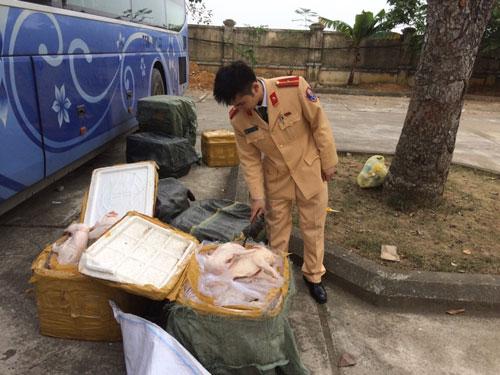 Lực lượng CSGT Thanh Hóa bắt giữ một vụ vận chuyển thực phẩm bẩn vào ngày 5-1Ảnh: THANH TUẤN