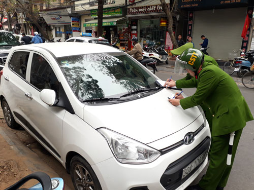 Lực lượng chức năng quận Hoàn Kiếm (Hà Nội) xử phạt ô tô dừng đỗ không đúng nơi quy định