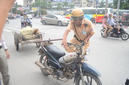 Lực lượng chức năng kiểm tra xe máy cũ lưu thông trên đường phố Hà Nội Ảnh: NGUYỄN HƯỞNG