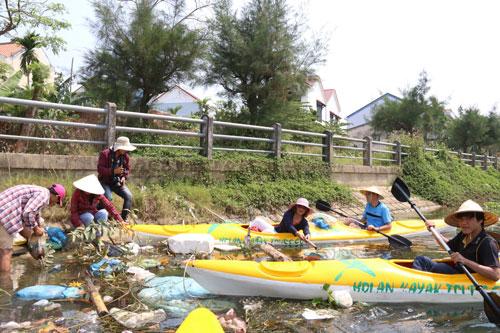 Đoàn khách du lịch đi qua nhiều đoạn trên sông Hoài ngập rác