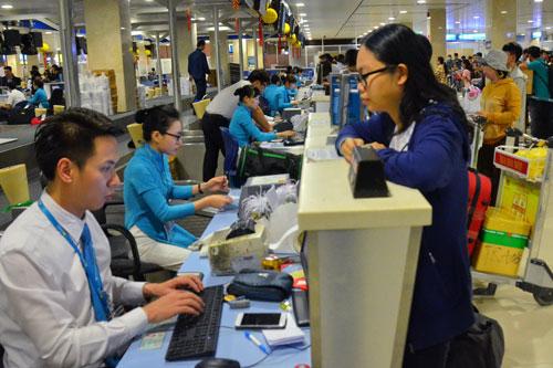 Làm thủ tục đi máy bay tại sân bay quốc tế Tân Sơn Nhất Ảnh: TẤN THẠNH
