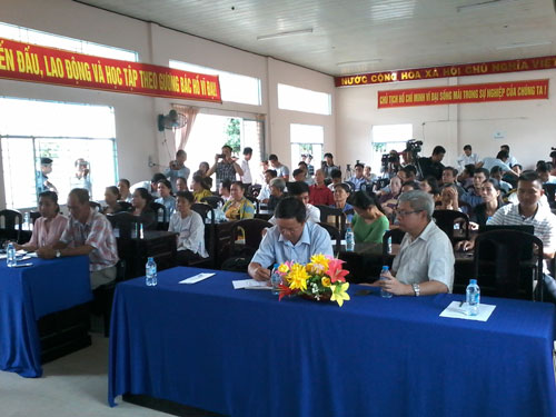 Người dân thị trấn Mái Dầm bày tỏ bất bình việc Nhà máy Giấy Lee & Man gây ô nhiễm môi trường tại buổi đối thoại Ảnh: CÔNG TUẤN
