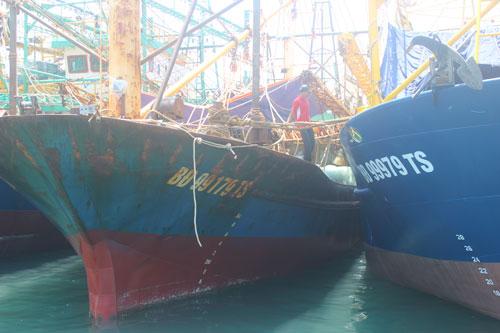 Lỗ nặng với tàu vỏ thép - Ảnh 1.