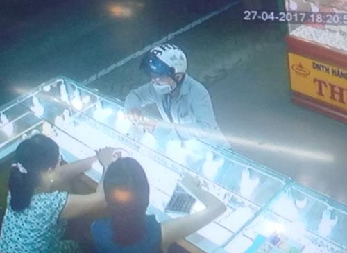 Đối tượng giả vờ hỏi mua vàng rồi cướp. (Ảnh trích xuất từ camera của tiệm vàng Thuận Thảo ở phường Phú Bài, thị xã Hương Thủy) Ảnh: Quang Tám