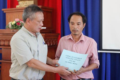 Ông Trương Văn Minh, Phó Tổng Giám đốc Vitaco, trao tiền hỗ trợ cho gia đình các nạn nhân