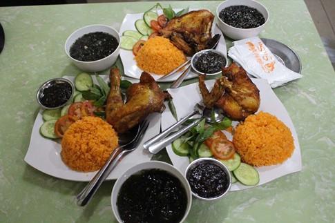 Cơm gà xối mỡ bằng máy đúng nghĩa, mê hoặc người Sài Gòn - Ảnh 7.