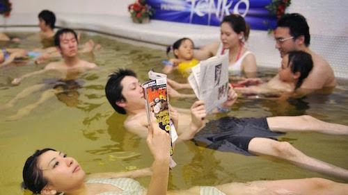 Tắm muối biển Chết   Tại khu vực Dead Sea spa, du khách sẽ được ngâm mình trong loại muối khoáng đặc biệt lấy từ biển Chết ở Trung Đông. Loại muối này giúp làn da tươi trẻ, mịn màng. Đặc biệt bạn có thể vừa thả nổi người trong nước vừa thư giãn đọc sách. Ảnh: Amusing Planet.