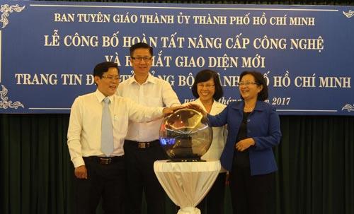 Các đại biểu thực hiện nghi thức ra mắt giao diện mới Trang tin điện tử Đảng bộ TP HCM
