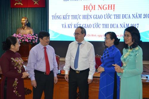 Chủ tịch Ủy ban Trung ương MTTQ Việt Nam Nguyễn Thiện Nhân (giữa) trao đổi với các đại biểu Ảnh: NGUYỄN PHAN