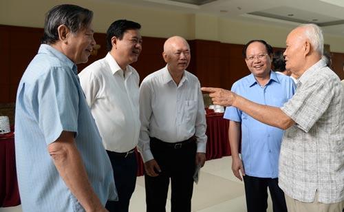 Bí thư Thành ủy TP HCM Đinh La Thăng (thứ 2 từ trái sang) và Phó Bí thư Thường trực Thành ủy Tất Thành Cang (thứ 2 từ phải sang) gặp gỡ các cán bộ cao cấp đã nghỉ hưu Ảnh: Bảo Nghi