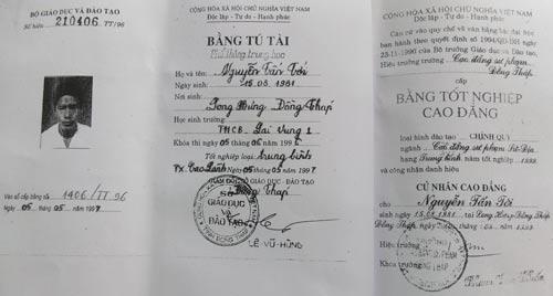 Căn cứ vào năm tốt nghiệp CĐ thì ông Nguyễn Tấn Tới lúc đó mới 18 tuổi