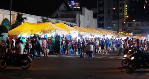 Chợ đêm Bến Thành, một không gian buôn bán vỉa hè được quản lý bài bản, cần nhân rộng Ảnh: HOÀNG TRIỀU