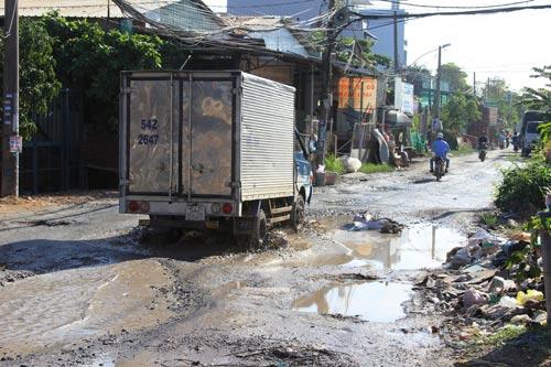 Đường Bưng Ông Thoàn (phường Tăng Nhơn Phú B, quận 9, TP HCM) có nhiều ổ gà