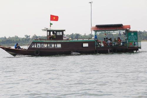 Thuyền du lịch quanh khu vực đảo Ó trên hồ Trị An