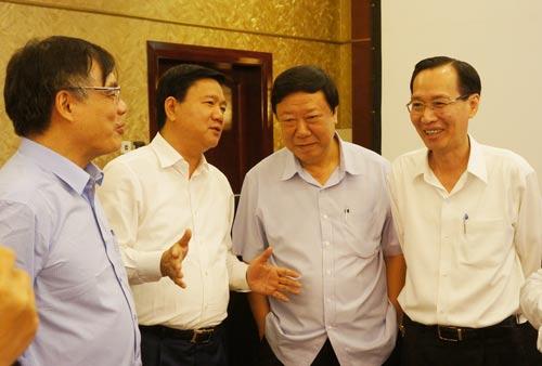 Bí thư Thành ủy TP HCM Đinh La Thăng (thứ 2 từ trái sang) trao đổi cùng các đại biểu tại buổi hội thảo chiều 9-3