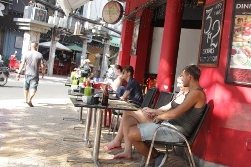 Khách du lịch đến phố Tây thường chọn những hàng ghế ngồi trên vỉa hè Ảnh: SỸ ĐÔNG