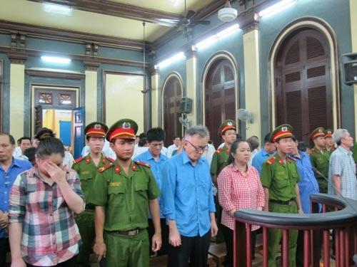 Các bị cáo trong vụ án tham nhũng xảy ra tại Công ty CP Thực phẩm Công nghệ Sài Gòn Ảnh: PHẠM DŨNG