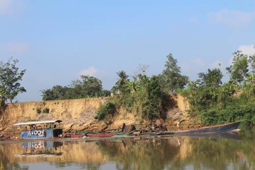 Các tàu hút cát không có phao phân ranh giới, chúi ống hút vào tận bờ, trong khi đất hai bên sông đều đã biến thành vực sâu (Ảnh chụp sáng 16-3, tại hai bờ xã Đăk Lua và Quảng Ngãi)