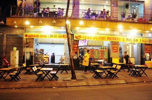 Chiều tối, nhân viên quán Nhi (Hai Cô) bày bàn, ghế lấn chiếm vỉa hè đường Phạm Văn Đồng Ảnh: QUỐC CHIẾN