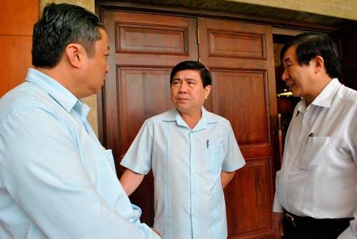 Phó Bí thư Thành ủy, Chủ tịch UBND TP HCM Nguyễn Thành Phong (giữa) trao đổi với các đại biểu tại hội nghị