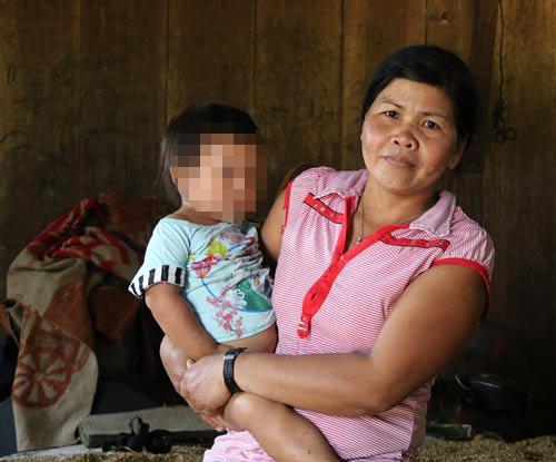 """Pơloong Thịnh bỏ đi, đứa bé gái lên 3 con của cô và người """"chồng"""" Trung Quốc được bà Pơloong Xuân chăm sóc"""