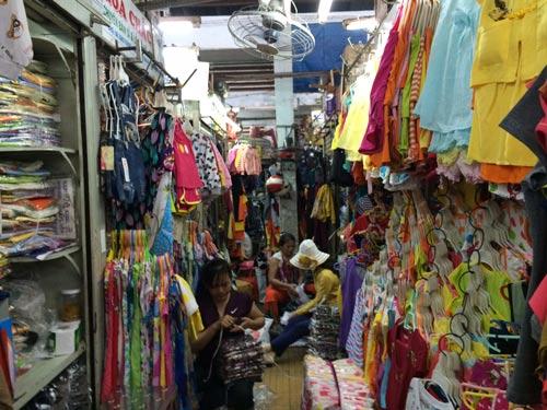 Khoảng cách giữa các dãy sạp ở chợ Tân Bình không đạt tiêu chí PCCC và tiểu thương còn lấn chiếm khoảng cách này để bày hàng