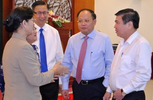 Các đại biểu trao đổi tại hội thảo ngày 28-4