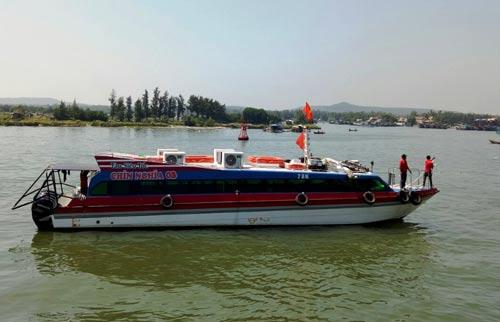 Tàu cao tốc Chín Nghĩa 3 được lai dắt vào bờ sau khi chết máy ngày 4-3