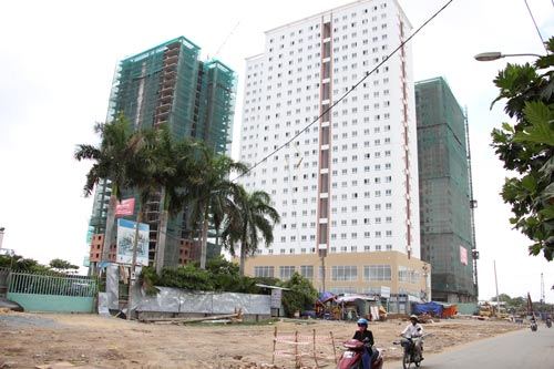Dù đã thông báo cho khách hàng block B1 đến nhận nhà từ tháng 3 nhưng đến những ngày đầu tháng 4-2017, chung cư Topaz City vẫn là một đại công trường Ảnh: SỸ ĐÔNG
