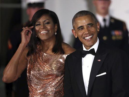 Vợ chồng ông Obama có thể kiếm được 200 triệu USD trong vòng 15 năm. Ảnh: AP