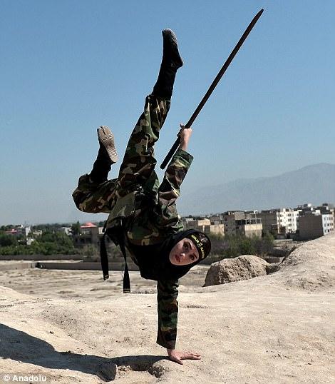Iran: Đào tạo 4.000 nữ ninja trong sa mạc - Ảnh 1.