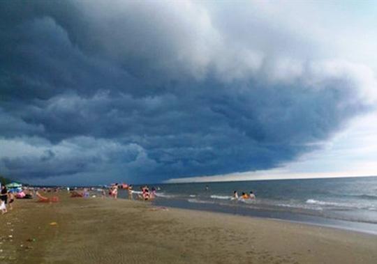 Nhà khoa học lên tiếng về đám mây đen kỳ lạ trên biển Sầm Sơn - Ảnh 2.