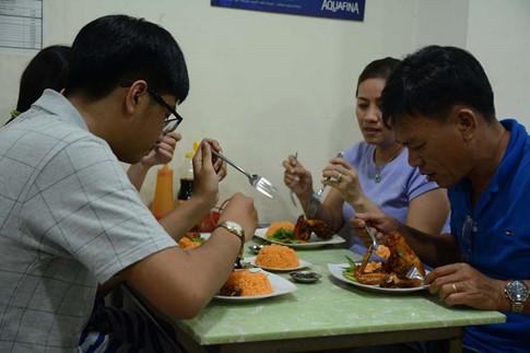 Cơm gà xối mỡ bằng máy đúng nghĩa, mê hoặc người Sài Gòn - Ảnh 6.
