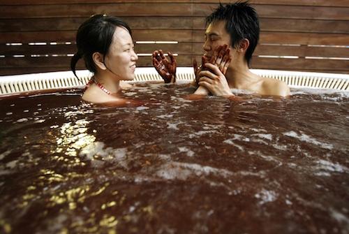 Tắm sôcôla  Tắm sôcôla thường được các cặp đôi lựa chọn nhờ sự ấm áp, ngọt ngào và lãng mạn. Tuy nhiên hình thức này chỉ áp dụng vào trước và sau ngày lễ Tình yêu. Ảnh: IBTimes.